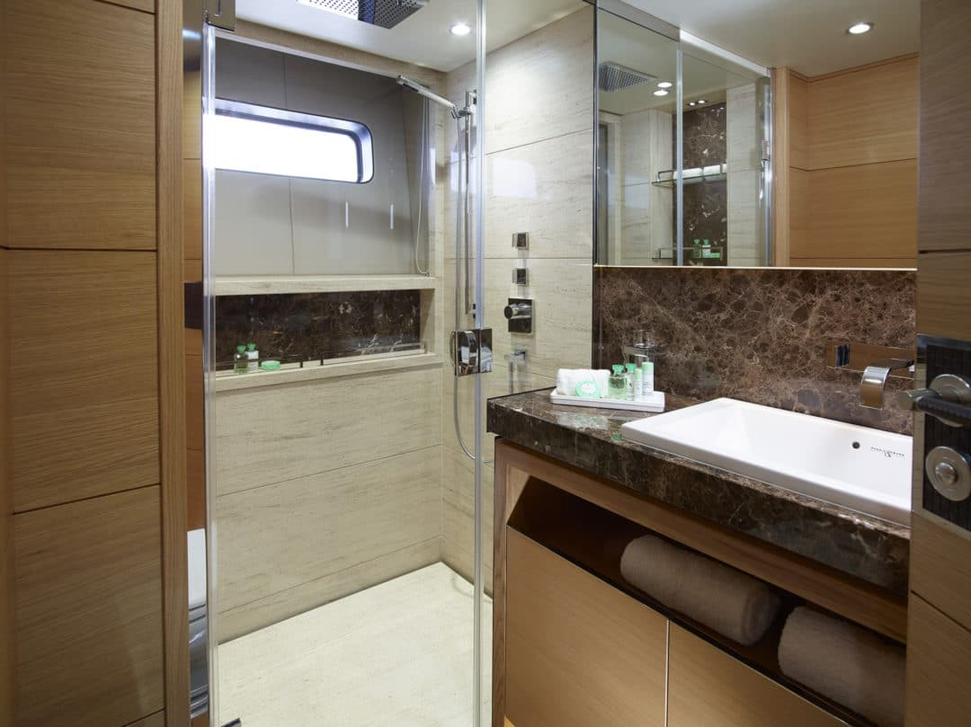 40m_starboard_aft_double_bathroom
