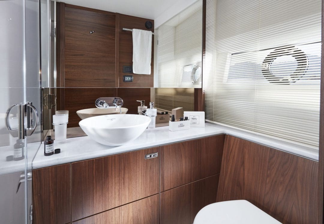 62-interior-starboard-cabin-bathroom-american-walnut-satin