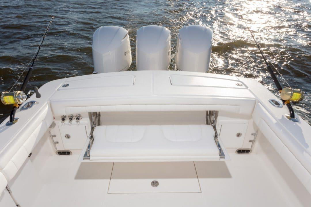 34-regulator-center-console-boat-transom-seating-yamaha-outboard
