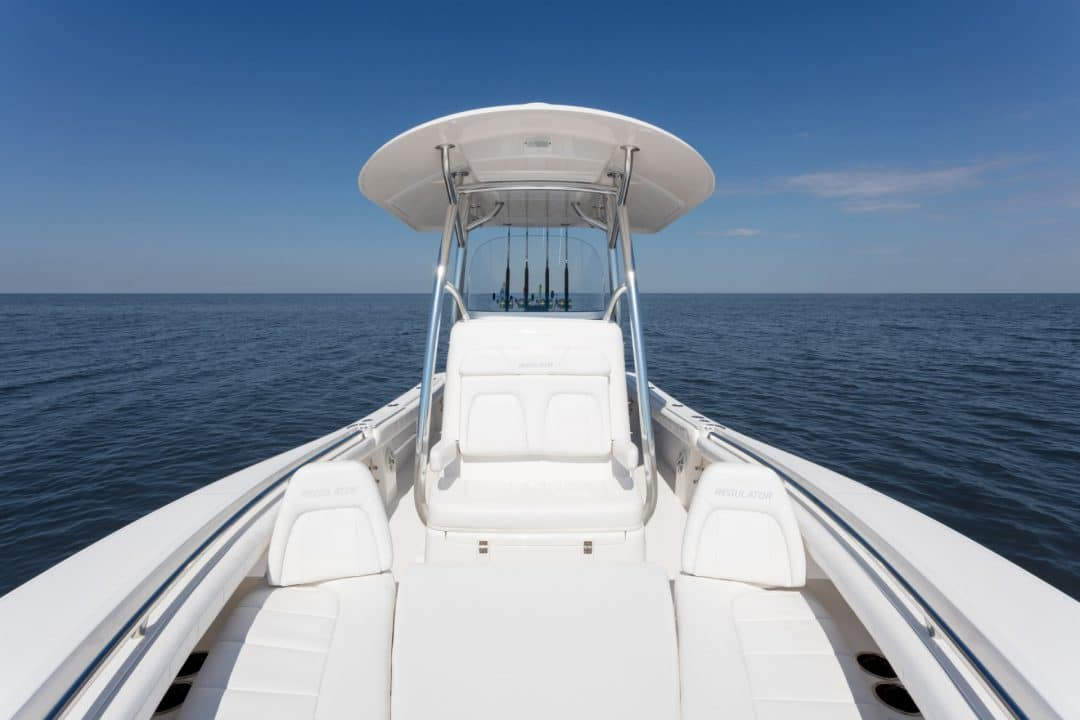 23-regulator-center-console-boat-forward-seating