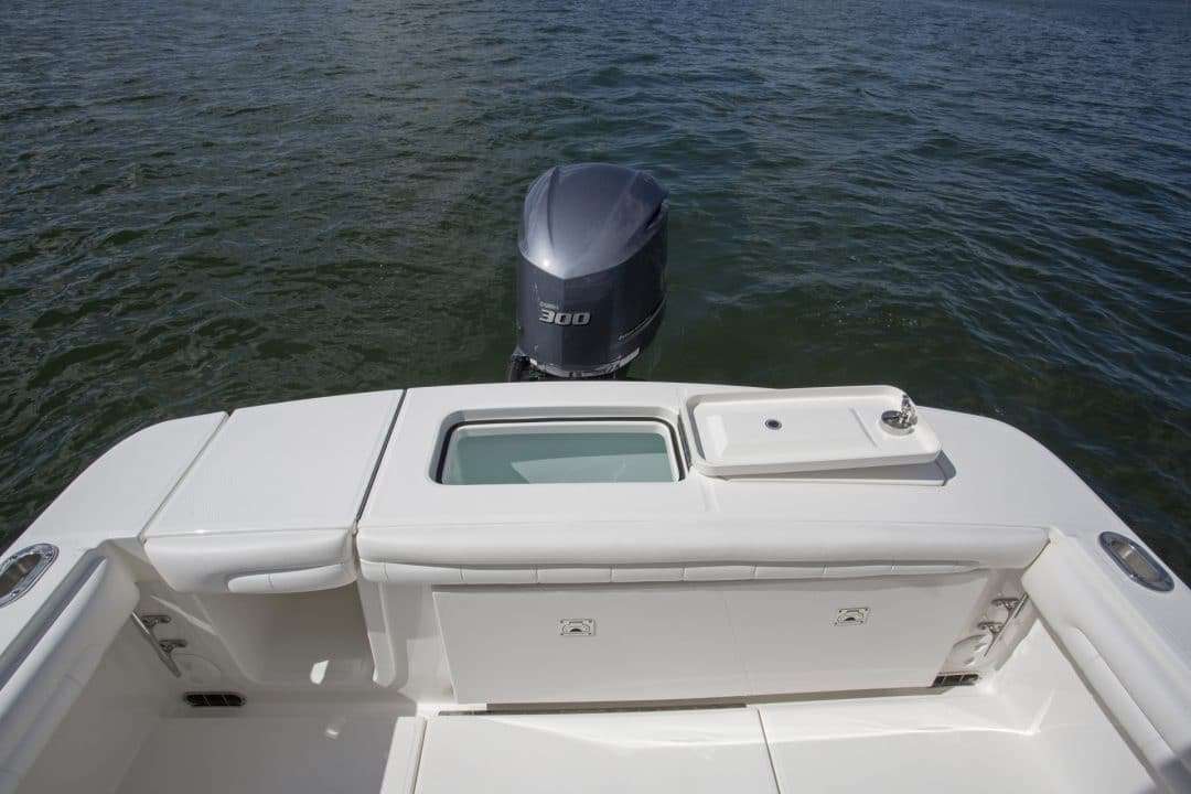 23-regulator-center-console-boat-transom-livewell-yamaha-outboard