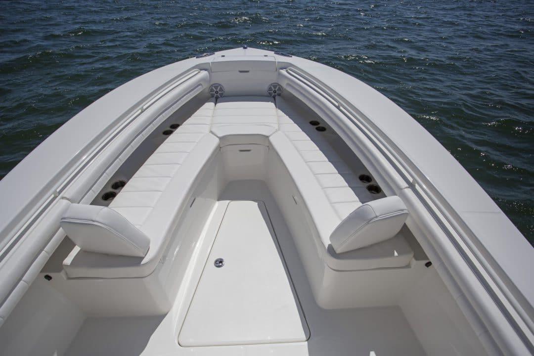 25-regulator-center-console-boat-forward-seating
