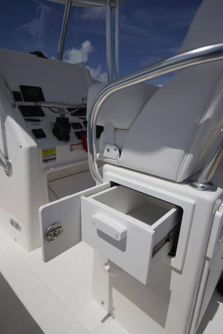 25-regulator-center-console-boat-seating-storage