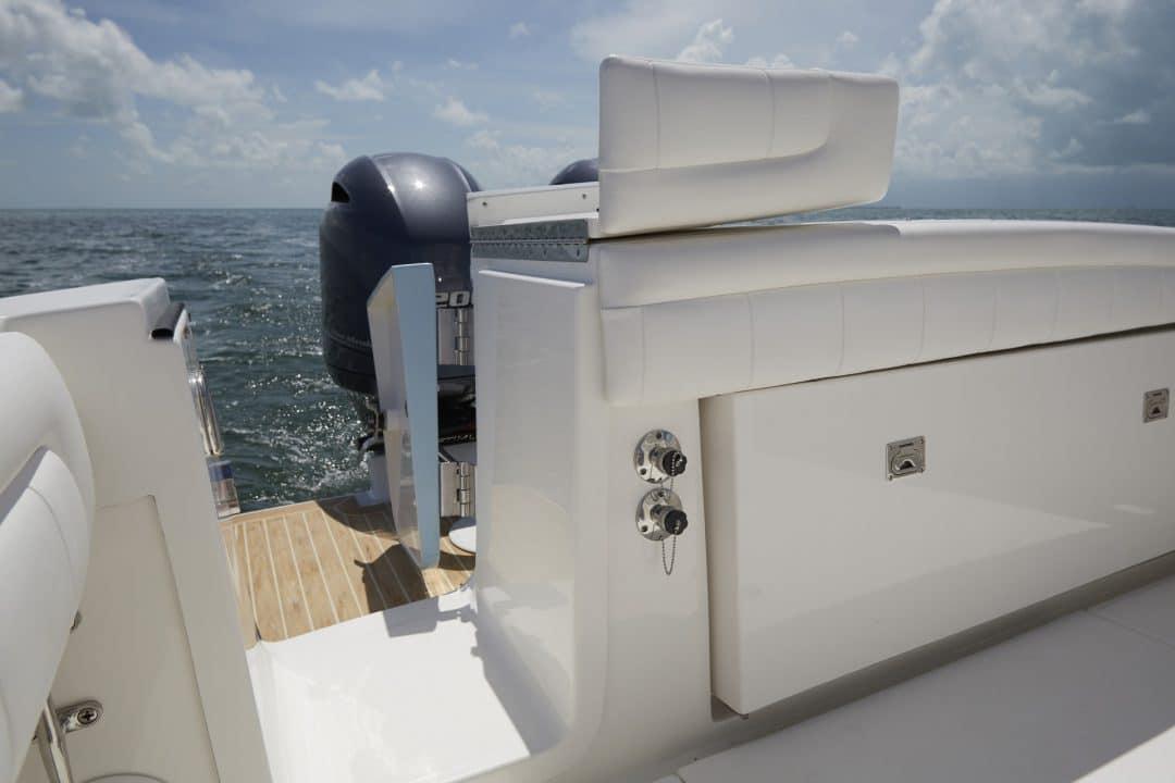 25-regulator-center-console-boat-transom-tuna-door-yamaha-outboard