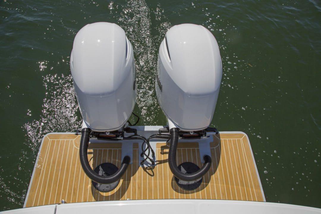 25-regulator-center-console-boat-twin-engines-yamah-outboard-flexiteek