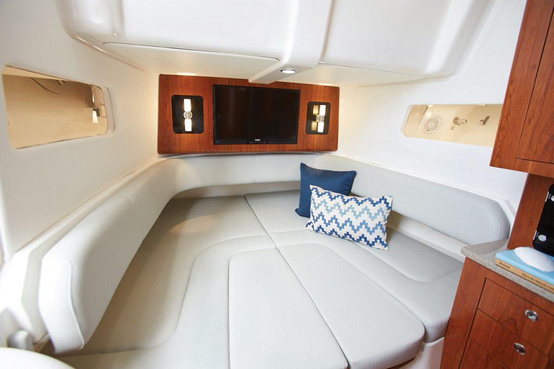 41-regulator-center-console-boat-berth-cabin