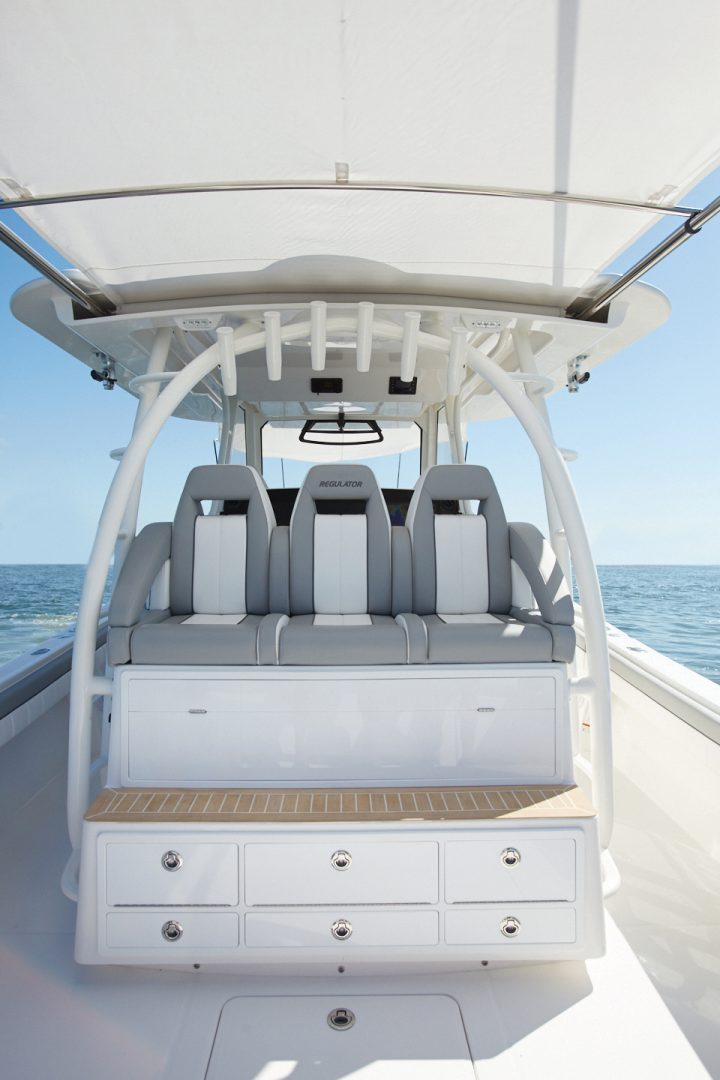 41-regulator-center-console-boat-cockpit-seating-tackle-center
